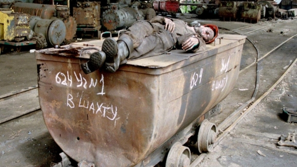 (A Ukrainian miner sleeps on a coal trolley in the southeastern Ukrainian city of Donetsk in May 1998.  Credit: Reuters)